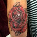 Татуировка с красной розой