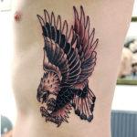 Орел на ребрах парня