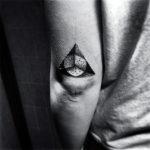 Татуировка треугольника с кругом по центру