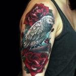 Реалистичный попугай с розами