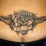 Черно-белая татуировка розы