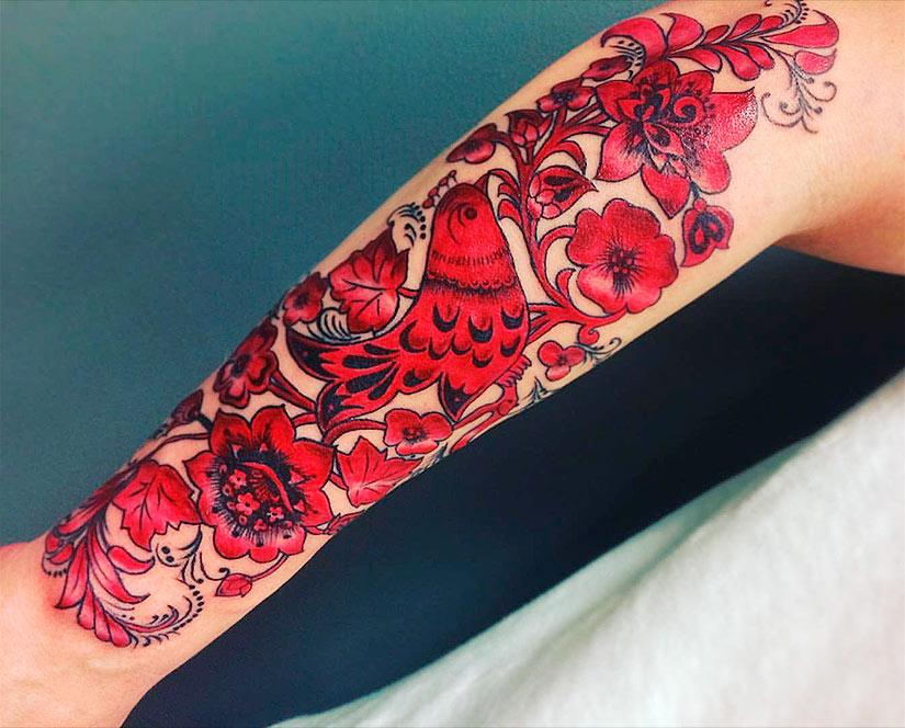 Узор хохлома в красном цвете на предплечье