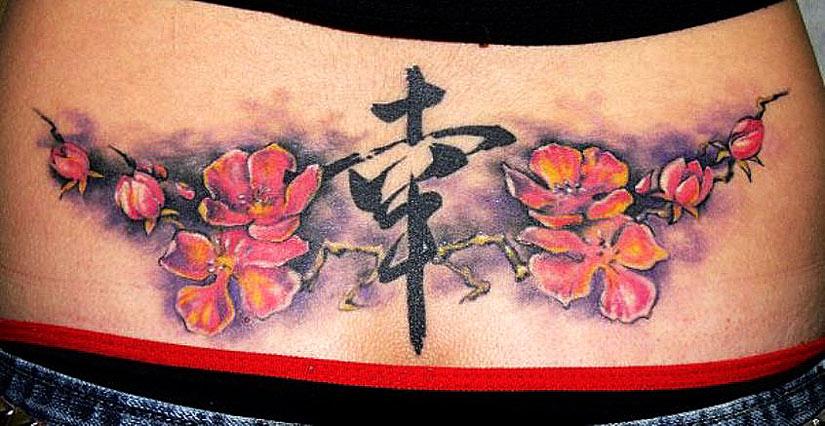 Татуировка с иероглифами и цветущая сакура