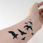 Стая летящих черных птиц