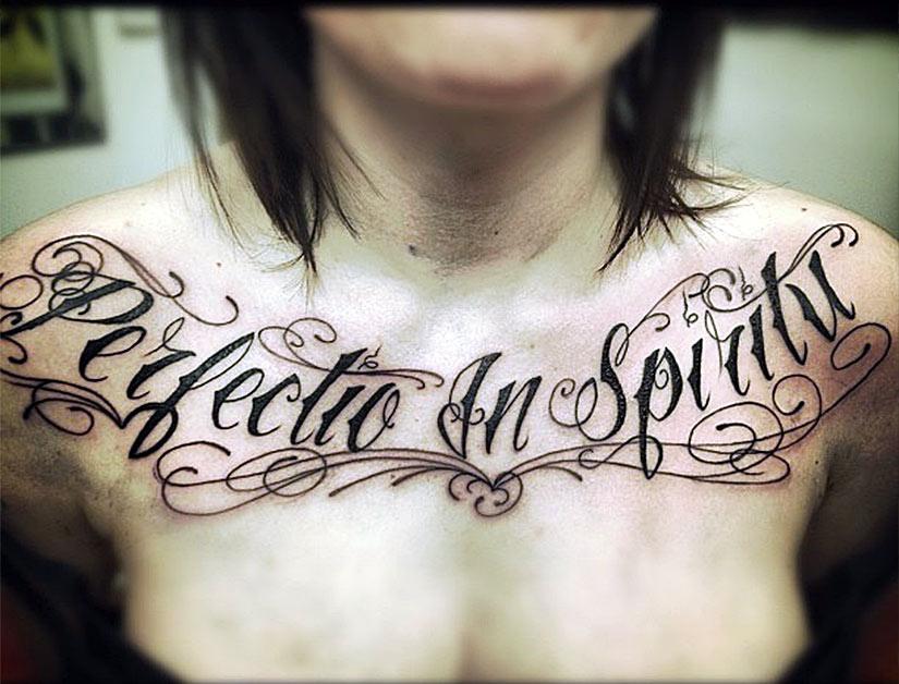 Женская татуировка в виде надписи
