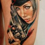 Цветная тату девушка с пистолетом, чикано