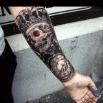 Татуировка черепа в короне и с часами