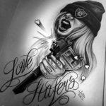 Девушка стреляющая из узи