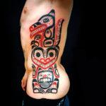 Большая татуировка на боку у мужчины