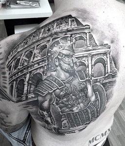 Черно белая татуировка гладиатора и колизея