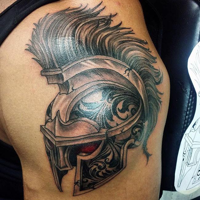 Красивая татуировка шлема на плече