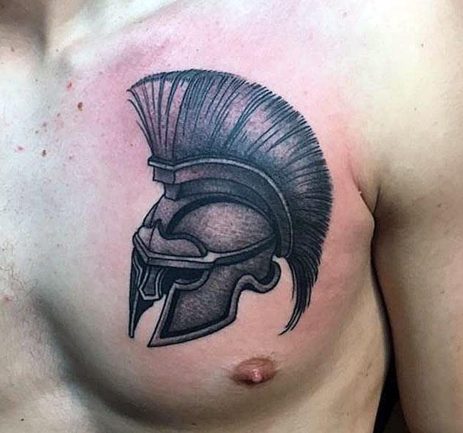 Шлем гладиатора на груди