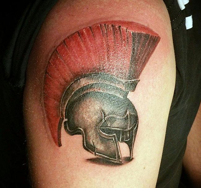 Цветная татуировка шлема на руке