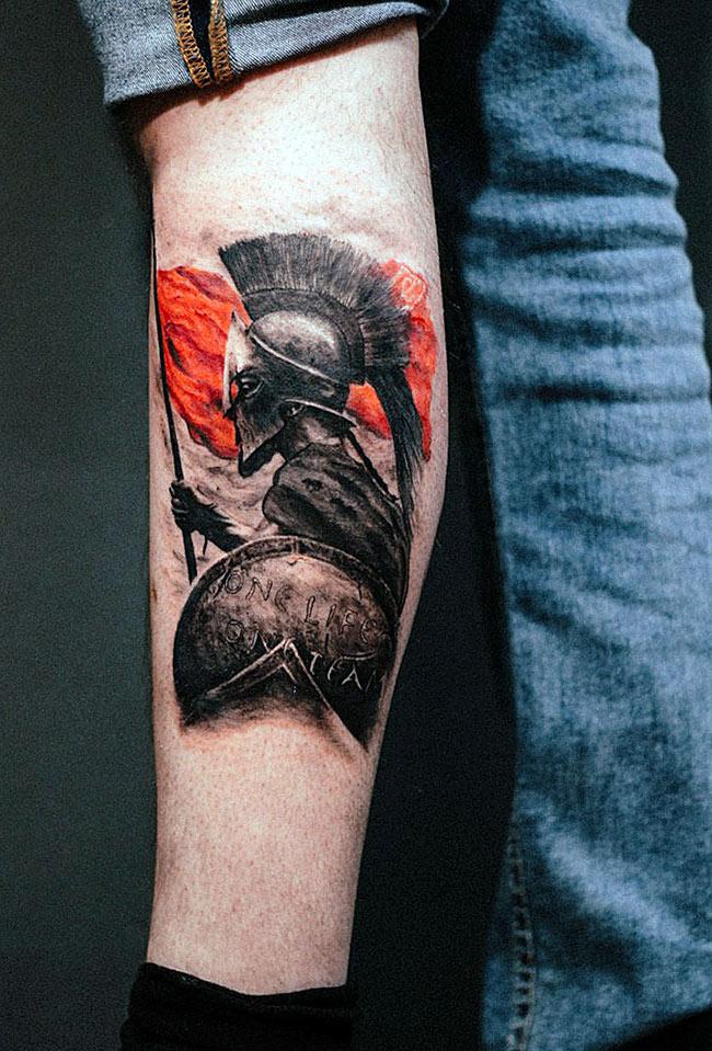 Черно-красная тату гладиатора на предплечье