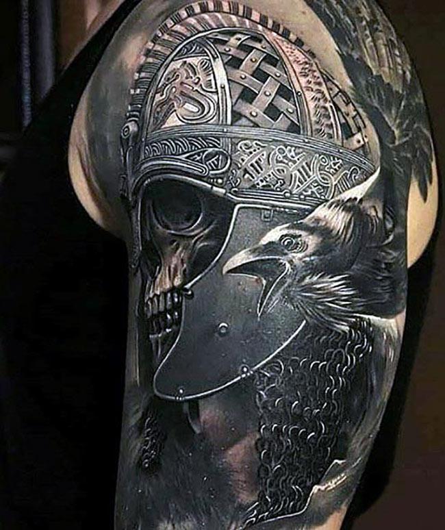 Лучшая тату шлема и черепа гладиатора с вороном