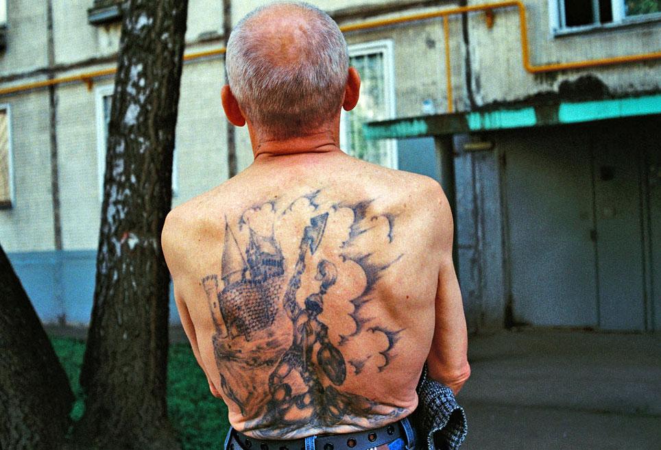 Тюремная татуировка гладиатора с топором и щитом