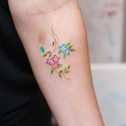 Маленькая татуировка с полевыми цветами на предплечье