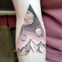 Тату космоса и планет в треугольнике