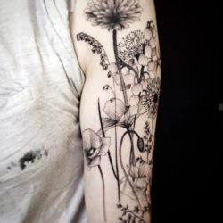 Черно-белая тату полевых цветов
