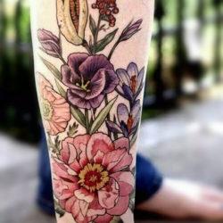 Большие полевые цветы на руке