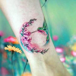 Красивая тату с колибри и веткой полевых цветов