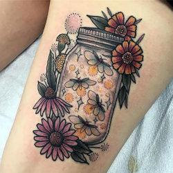 тату стеклянной банки с мотыльками и цветами вокруг