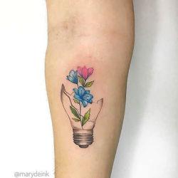 Тату полевые цветы и разбитая лампочка