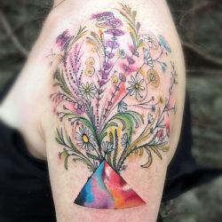 Цветной треугольник и полевые цветы, тату