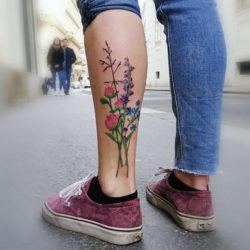 Татуировка полевых цветов на икре