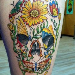 Полевые цветы и бабочки в виде черепа