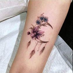 Полевые цветы с месяцем и перьями на руке