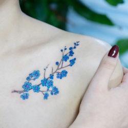 Татуировка незабудок у девушки