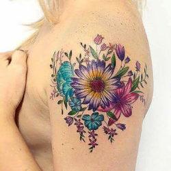 Красивая композиция в виде тату у девушке на плече