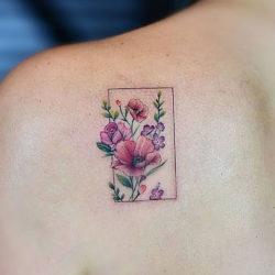 Миниатюрная тату с цветами на лопатке в прямоугольнике