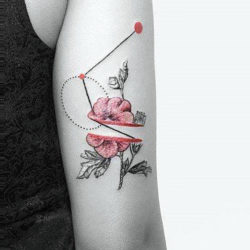 Абстрактная тату полевых цветов с геометрической фигурой