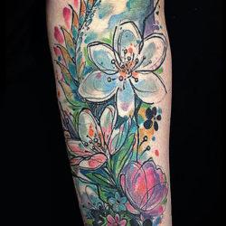 Татуировка в пастельных тонах с полевыми цветами