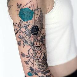 Графическая татуировка с полевыми цветами и формами