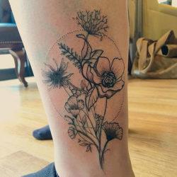Черно-белая тату полевых цветов на ноге