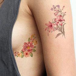 Красивая тату с цветами под грудью девушки и дублирующая на руке