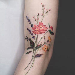 Легкий букетик из болевых цветов на руке