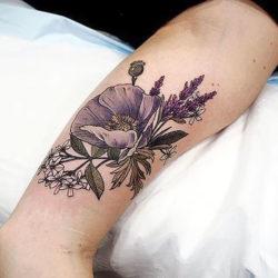 Большой цветок окруженный мелкими полевыми на предплечье
