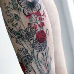 Бабочки на маках в виде тату полевых цветов