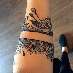 Черно-белая татуировка в виде браслета с полевыми цветами