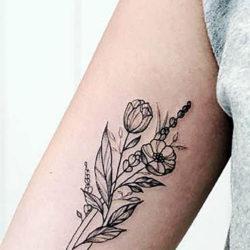 Черно-белая татуировка полевых цветов