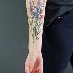 Лаванда и полевые цветы на предплечье