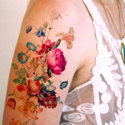 Тату барокко из полевых цветов на плече