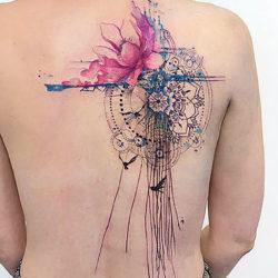 Абстрактная тату на спине в виде мандала, птиц и полевых цветов