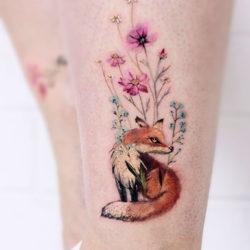 Татуировка лисы с полевыми цветами