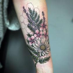 Полевые цветы и геометрический узор на руке
