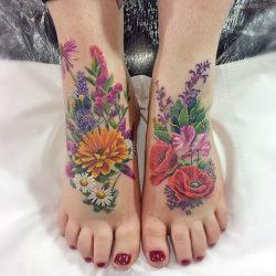 Реалистичная тату полевых цветов на ступнях